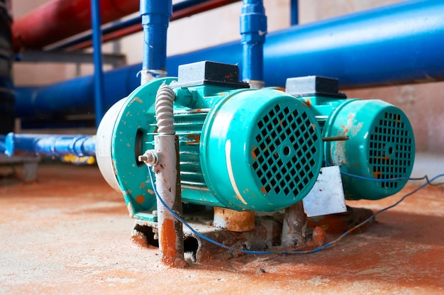 Motor azul com uma bomba conectada aos canos azuis.