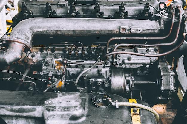 Motor de automóveis, remover e montar o motor, conceito de reparação.