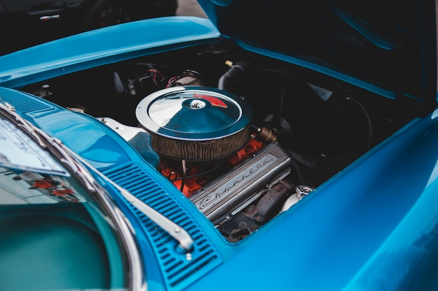 Motor de carro azul e prata