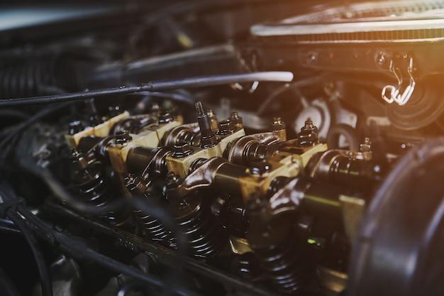 Motor de carro de manutenção na garagem