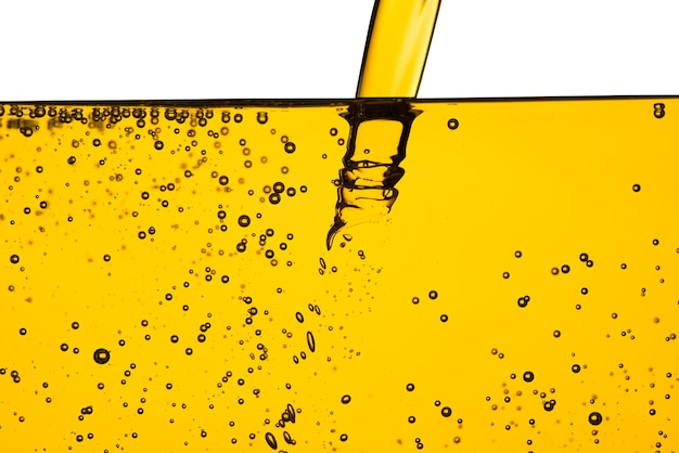 Motor de carro de óleo ou óleo vegetal derramando com bolha isolado no fundo branco