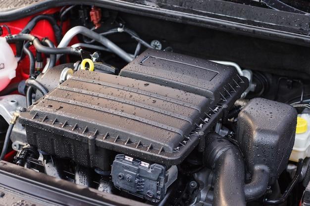 Motor de carro lavado, o conceito de cuidado para os elementos sob o capô