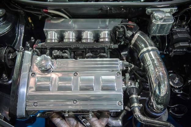 Motor de carro moderno cromado
