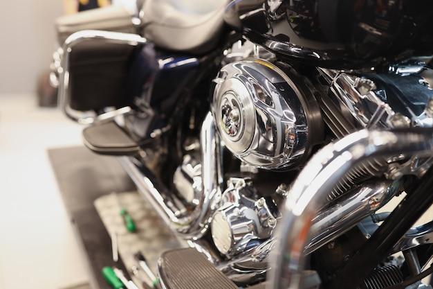 Motor de motocicleta moderna cromada e conceito de manutenção de caixa de câmbio de veículos motorizados