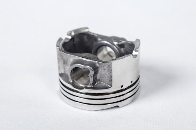 Motor de pistão isolado no branco