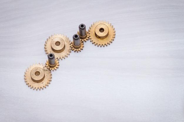 Motor de rodas de engrenagem metal sobre fundo de madeira.