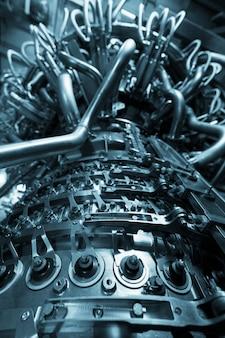 Motor de turbina a gás do compressor de gás de alimentação localizado dentro do compartimento pressurizado, o motor de turbina a gás usado na plataforma de processamento central de petróleo e gás offshore.