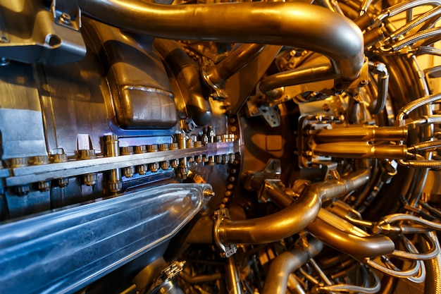 Motor de turbina a gás do compressor de gás de alimentação localizado dentro do compartimento pressurizado.