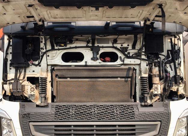 Motor dianteiro do caminhão semi.