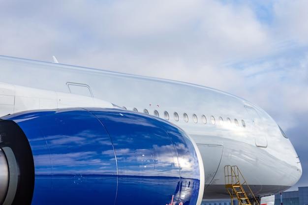 Motor e fuselagem de um avião de passageiros e o cockpit para manutenção do voo no aeroporto.