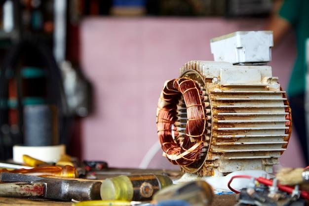 Motor elétrico desmontado velho