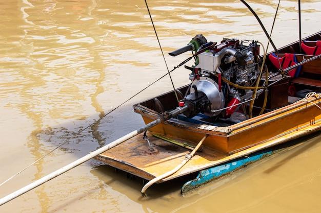Motor em um barco longtail de mercado flutuante amphawa
