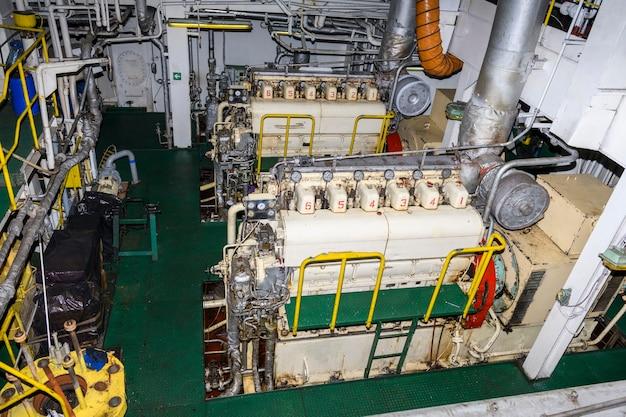 Motor marinho. gerador de diesel. interior da sala de máquinas.