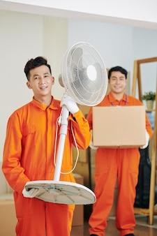Motor positivo segurando ventilador