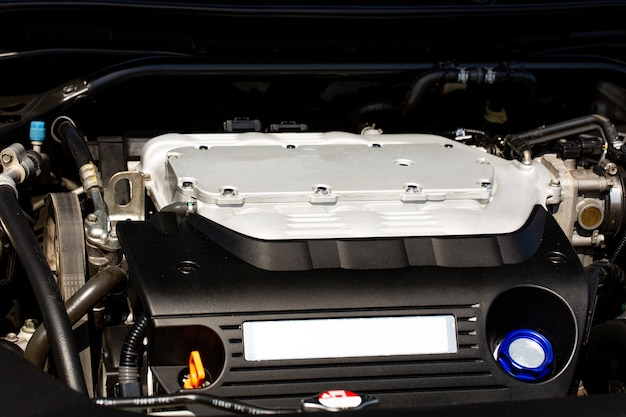 Motor turboalimentado em um carro esporte, close-up sob o capô