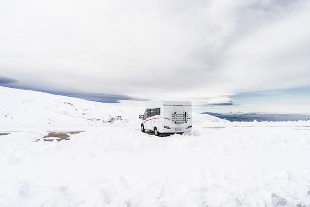Motorhome na estação de esqui de sierra nevada
