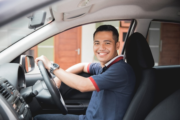 Motorista asiático sorrindo