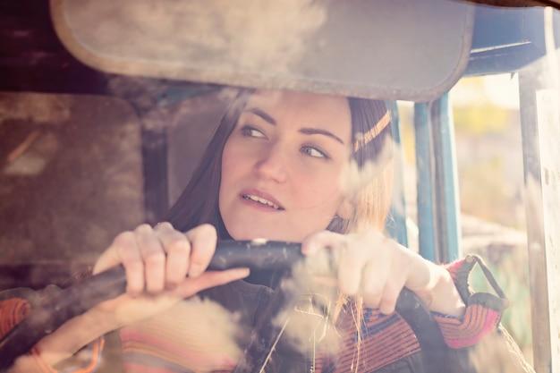 Motorista de caminhão de mulher no carro. menina sorrindo para a câmera e segurando o volante.