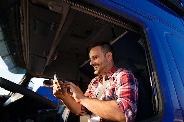 Motorista de caminhão usando tablet para navegação gps até o destino