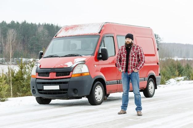 Motorista de correio na floresta de inverno