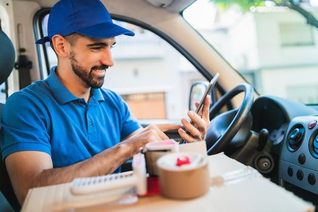 Motorista de homem entrega usando tablet digital.