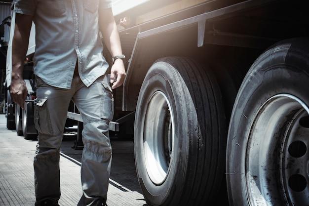 Motorista de mecânico de automóveis está verificando rodas de caminhão, pneus inspeção de caminhão, direção de segurança, direção