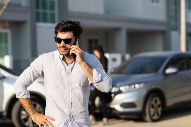 Motorista de mulher caucasiana, fazendo telefonema para agente de seguros após acidente de trânsito. acidente. seguro automóvel, um conceito de seguro não vida.