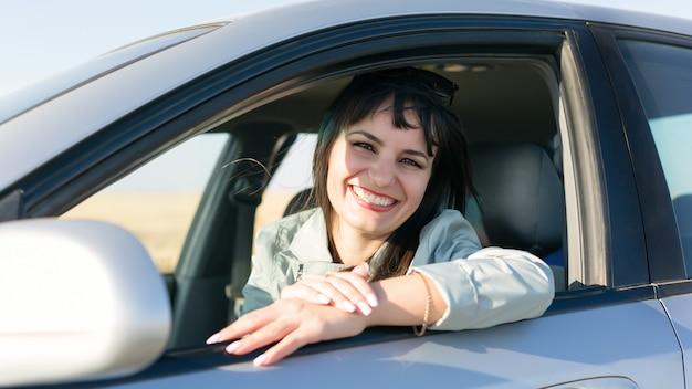 Motorista de mulher com lindo sorriso e dentes brancos.,