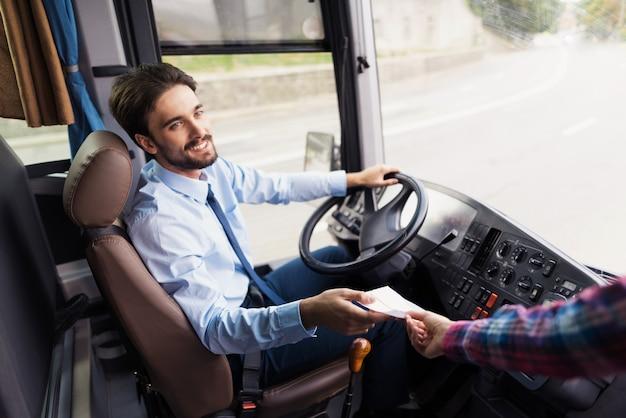 Motorista de ônibus ama o trabalhador de trabalho do serviço de viagens.