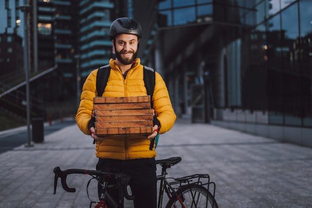Motorista de serviço de entrega de comida entregando comida com bicicleta