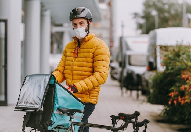 Motorista de serviço de entrega de comida entregando comida para clints de bicicleta