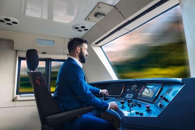 Motorista de trem dirigindo trem de alta velocidade.