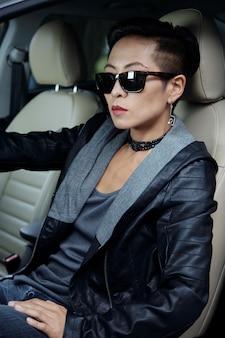 Motorista do sexo feminino elegante