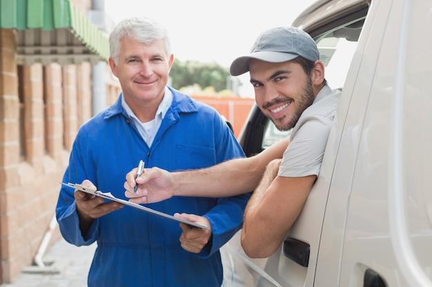 Motorista entrega, mostrando, cliente, onde, sinal