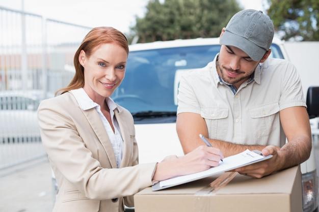 Motorista entrega, mostrando, onde, sinal, para, cliente