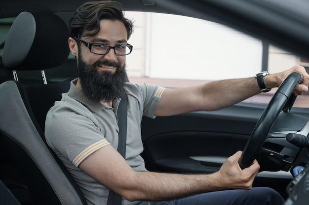 Motorista feliz com cinto de segurança apertado