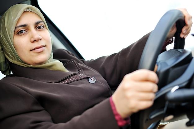 Motorista feminino do oriente médio muçulmano