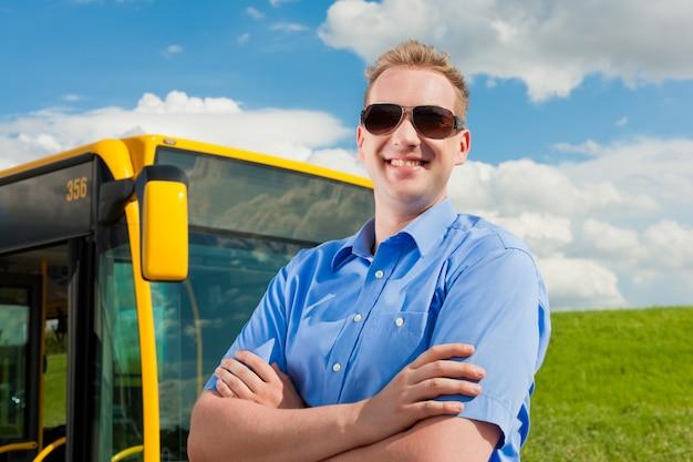 Motorista na frente do ônibus