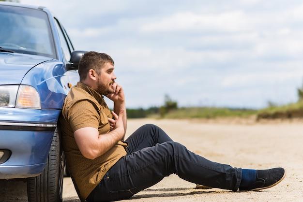 Motorista nervoso liga para o suporte técnico por telefone