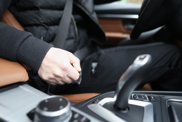 Motorista preso sentado no carro com transmissão automática