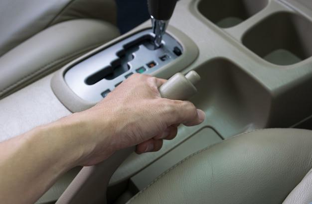 Motorista puxando o freio de mão no carro