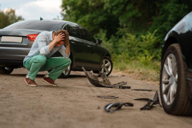 Motoristas do sexo masculino chateados após acidente de carro na estrada
