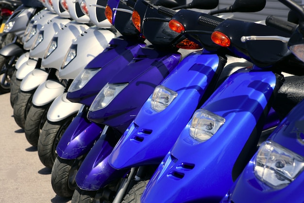 Motos de scooter em uma fileira com perspectiva