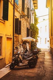 Motos na rua em uma rua ensolarada de verona na itália