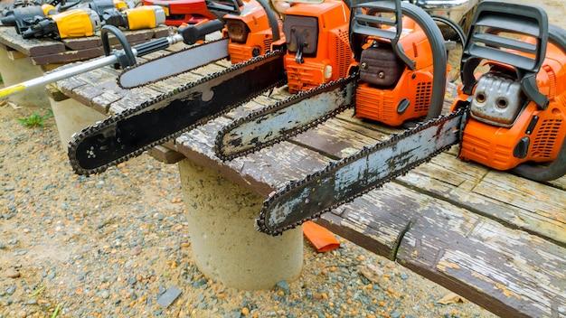 Motosserra gasolina, conceito de desmatamento. o foco seletivo é cortar um log.