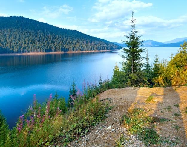 Mountain lake vidra no verão à noite