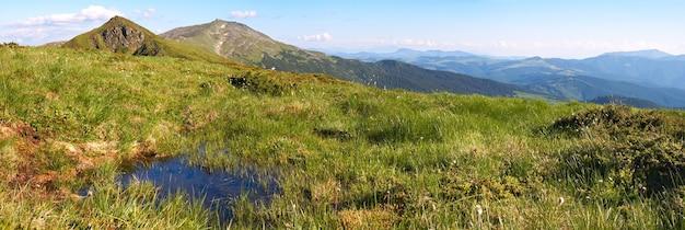 Mountain view com poça de verão (com ruínas do observatório em chornogora ridge, ucrânia). três tiros costuram a imagem.