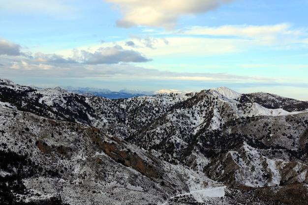 Mountain view da paisagem dos vales da neve perto da cidade de granada na espanha.