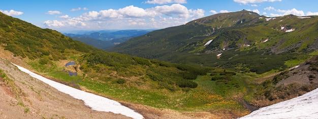 Mountain view no verão com neve na encosta da montanha (com ruínas do observatório em chornogora ridge, ucrânia). imagem de costura de cinco tiros.