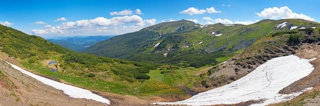 Mountain view no verão com neve na encosta da montanha (com ruínas do observatório em chornogora ridge, ucrânia). imagem do ponto de sete tiros.